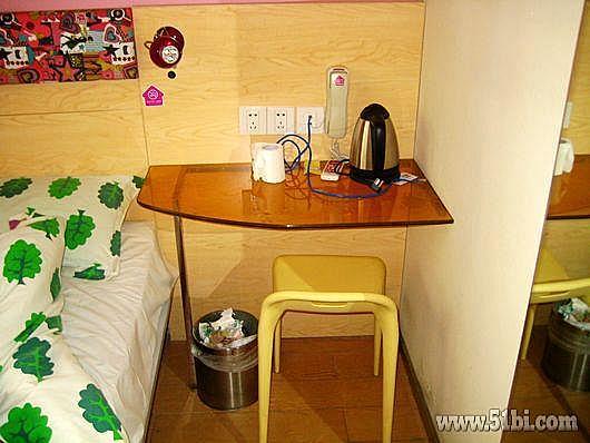 床靠   床右边,凳子兼床头柜   电 床的左边活动空间就只有桌子宽度图片