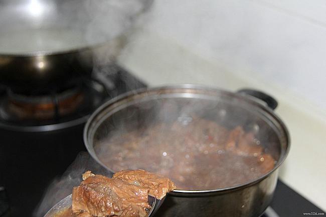 后加两块烧好的红烧排骨~~-拉手之方便的王仁和早餐米线