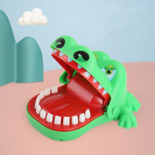 鳄鱼儿童玩具牙齿咬手指